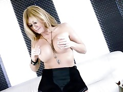 Hawt Lisa Daniels enjoys playing with her massive knockers