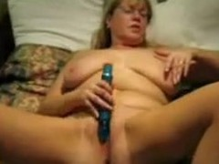 Huge sex toy and a wet mature pussy.
